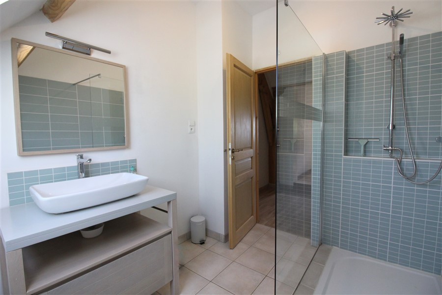 shared  shower room from rooms 2 and 3